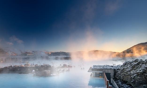 Bela paisagem e pôr do sol perto de spa de águas termais de lagoa azul na islândia
