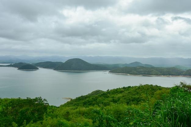 Bela paisagem em uma colina alta.