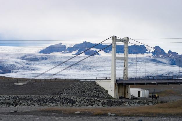 Bela paisagem fria da lagoa da geleira jokulsarlon, islândia, durante o verão com a ponte como pano de fundo