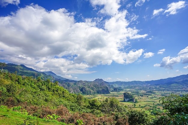 Bela paisagem grande nuvem no céu aberto e na montanha florestal abaixo., província de phayao, inverno da tailândia.