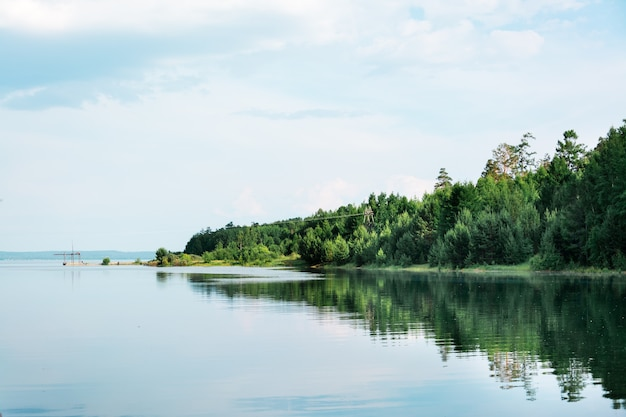 Bela paisagem - inundação de primavera no rio. a costa com a floresta está inundada de água