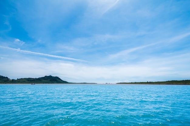 Bela paisagem mar tropical no verão na ilha de lanta na balsa