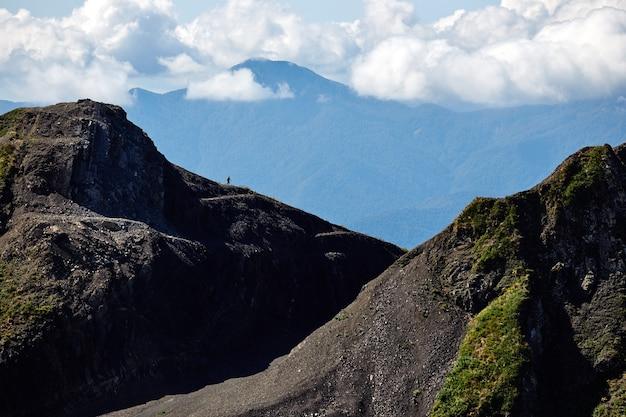 Bela paisagem montanhosa com céu azul brilhante. cáucaso do norte.