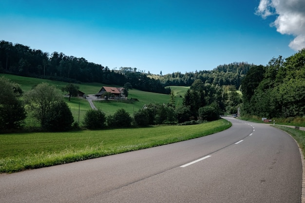Bela paisagem montanhosa com estrada alpina na suíça