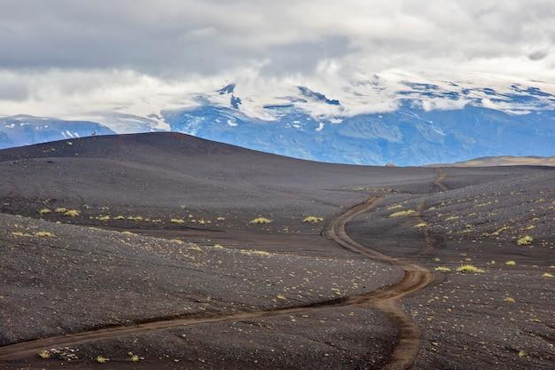 Bela paisagem montanhosa com geleira na islândia