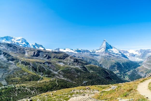 Bela paisagem montanhosa com vista para o pico matterhorn em zermatt, suíça.