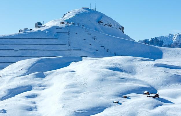 Bela paisagem montanhosa de inverno com teleférico e tela de neve na encosta (sella pass, itália).