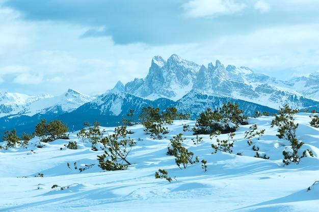 Bela paisagem montanhosa de inverno. vista de rittner horn (itália) em puez geislergruppe