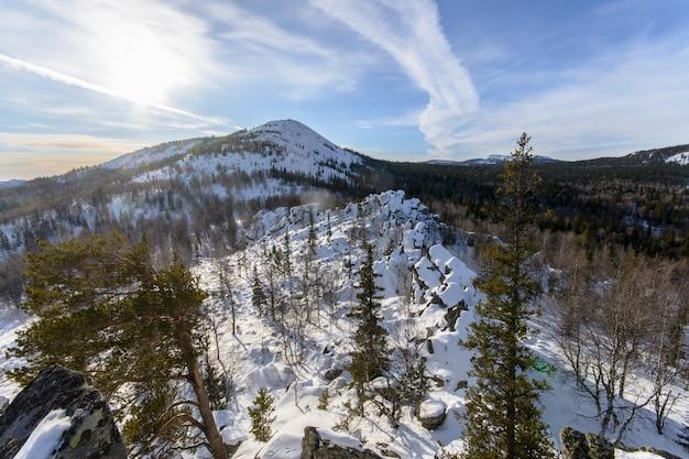 Bela paisagem montanhosa de neve vista do topo da montanha no inverno