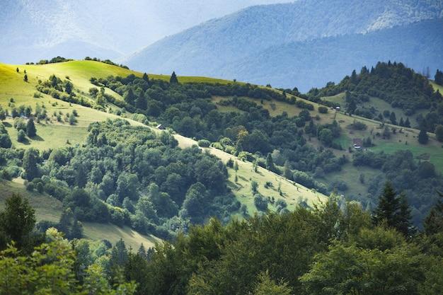 Bela paisagem montanhosa e encosta iluminada pelo sol