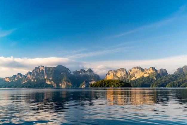 Bela paisagem montanhosa e reflexo na água em ratchaprapa dam e cheow larn lake