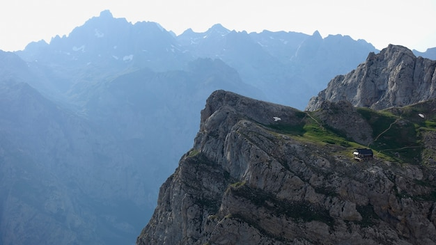 Bela paisagem montanhosa em um dia de verão