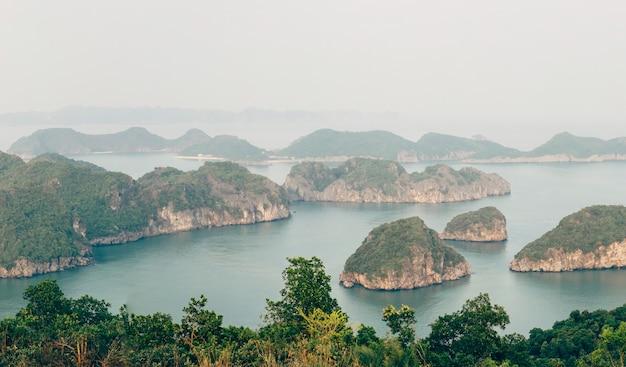 Bela paisagem montanhosa na baía de ha long