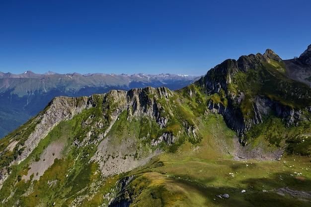 Bela paisagem montanhosa verde com céu azul brilhante. cáucaso do norte.