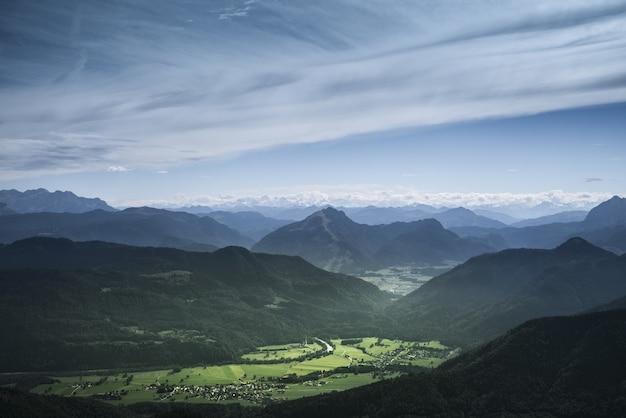 Bela paisagem montanhosa verde com colinas sob um céu nublado