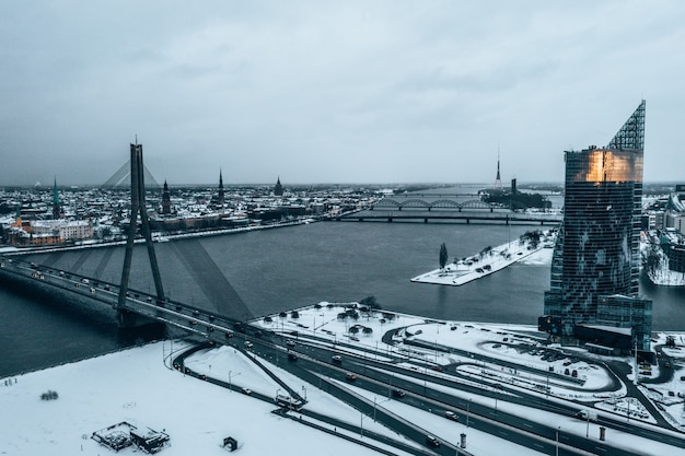Bela paisagem nevada de riga vista através da ponte vansu
