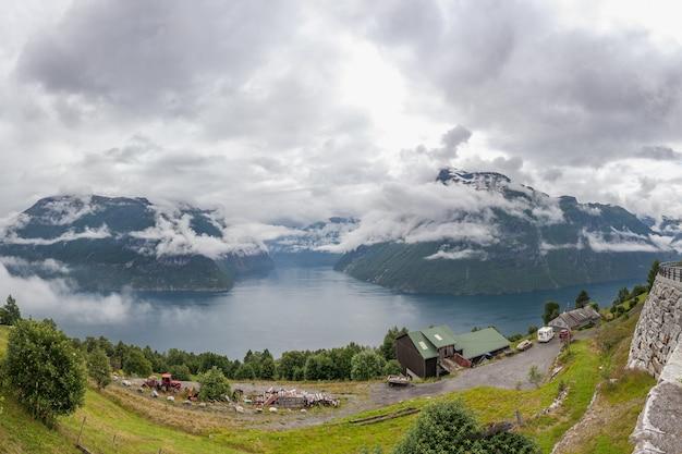 Bela paisagem norueguesa. vista dos fiordes com águas turquesas. reflexão ideal do fiorde da noruega em águas claras. vista panorâmica