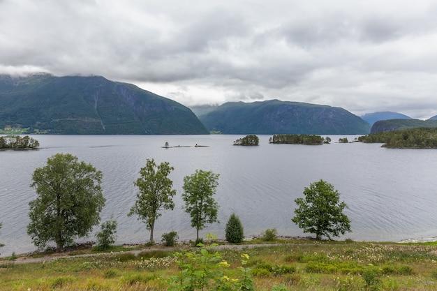 Bela paisagem norueguesa. vista dos fiordes com águas turquesas. reflexão ideal do fiorde da noruega em águas claras