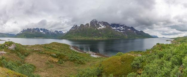 Bela paisagem norueguesa. vista dos fiordes com águas turquesas.