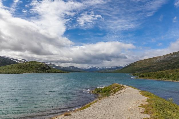 Bela paisagem norueguesa. vista dos fiordes. reflexão ideal do fiorde da noruega em águas claras