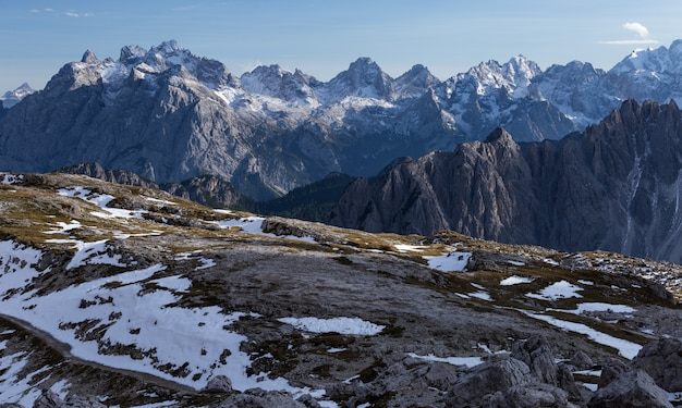 Bela paisagem nos alpes italianos, sob o céu nublado pela manhã