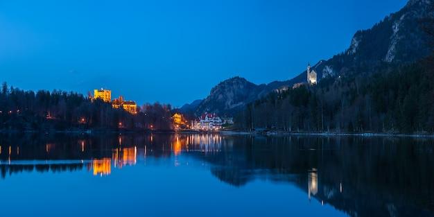 Bela paisagem noturna com dois castelos históricos refletidos na água