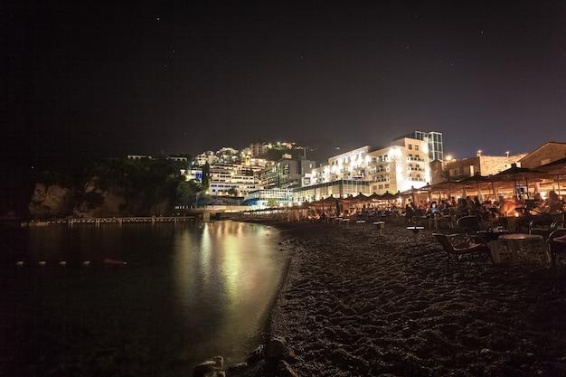 Bela paisagem noturna da cidade de budva, montenegro