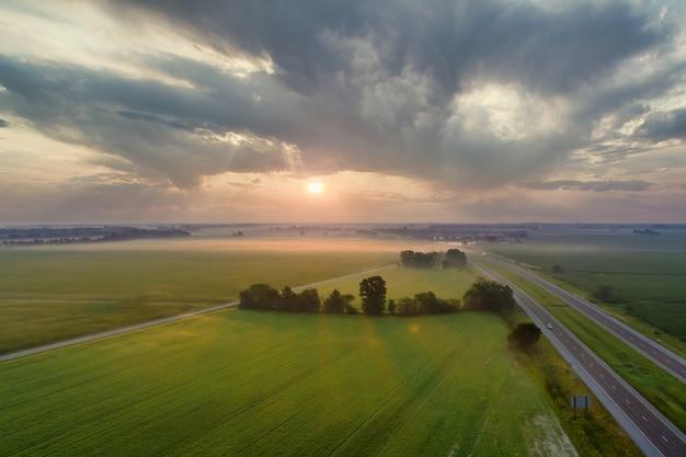 Bela paisagem prado neblina ao nascer do sol com neblina pela manhã