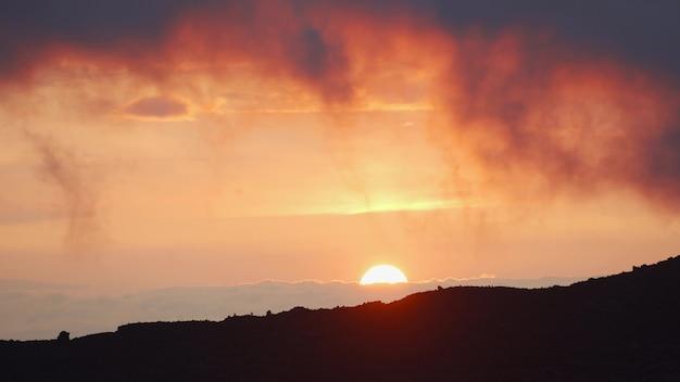 Bela paisagem tropical ao pôr do sol