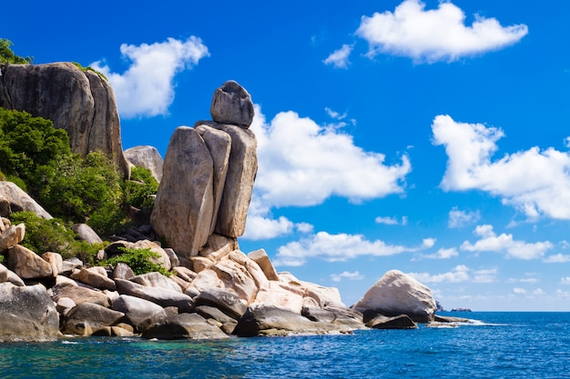 Bela paisagem tropical. costa da ilha de pedra. koh tao é