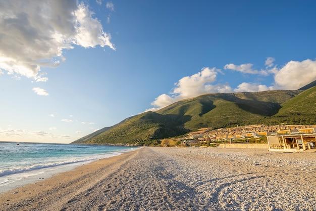 Bela paisagem urbana colorida nas montanhas sobre o mar mediterrâneo