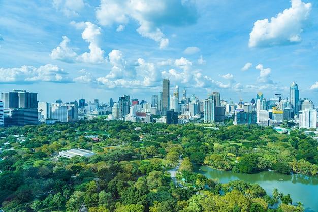 Bela paisagem urbana com construção de cidade ao redor do parque lumpini em banguecoque, tailândia