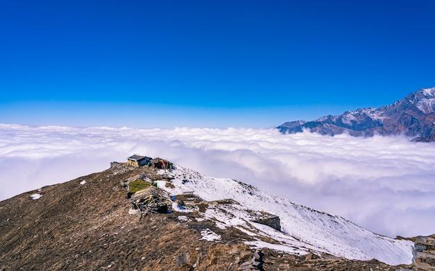 Bela paisagem vista da caminhada da montanha mardi, no nepal. Foto Premium