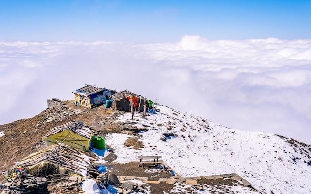 Bela paisagem vista da caminhada da montanha mardi, no nepal.