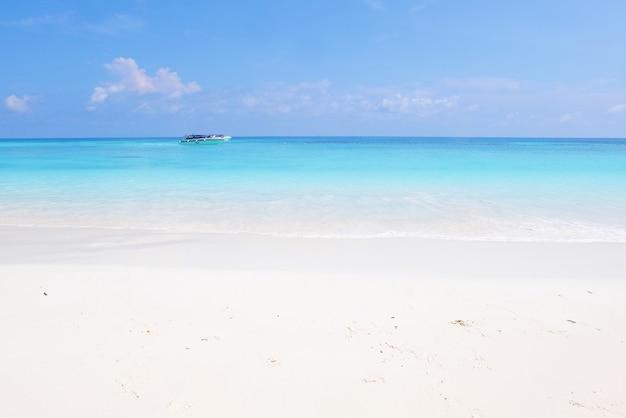 Bela paisagem vista do mar e da praia na ilha tachai, na tailândia.