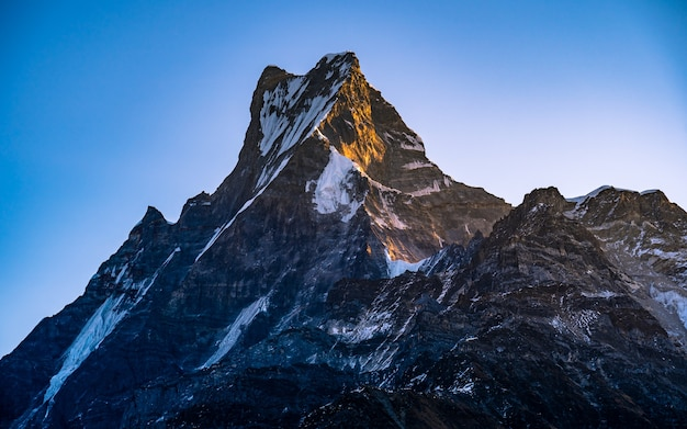 Bela paisagem vista do monte fishtail, nepal.