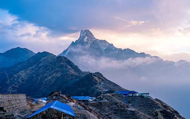 Bela paisagem vista do monte fishtail, nepal.