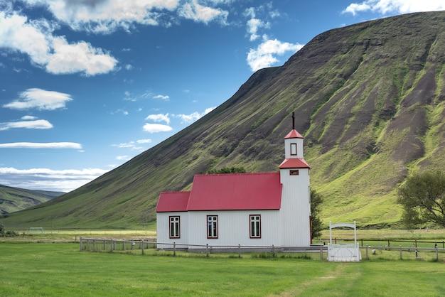 Bela pequena igreja vermelha na islândia