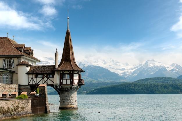 Bela pequena torre do castelo de oberhofen no lago thun na suíça