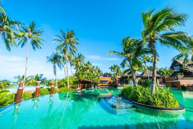 Bela piscina ao ar livre com palmeira de coco