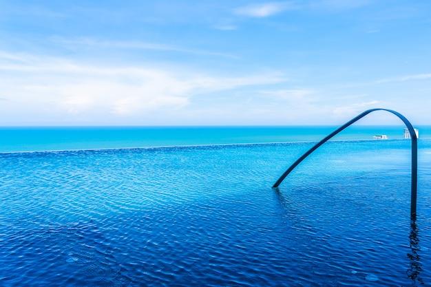 Bela piscina ao ar livre no hotel e resort