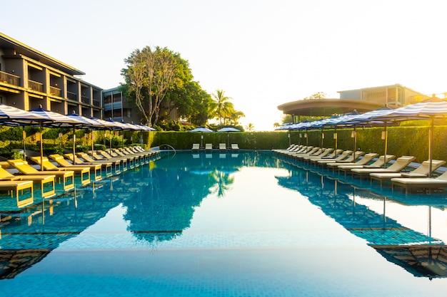 Bela piscina de luxo com área de relaxamento