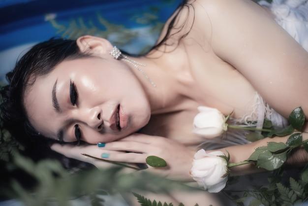 Bela piscina de moda sexy no verão e se divertindo no hotel. férias de verão, sorrindo, close-up em cima, água azul