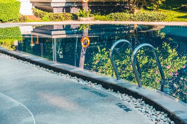 Bela piscina exterior de luxo com escada