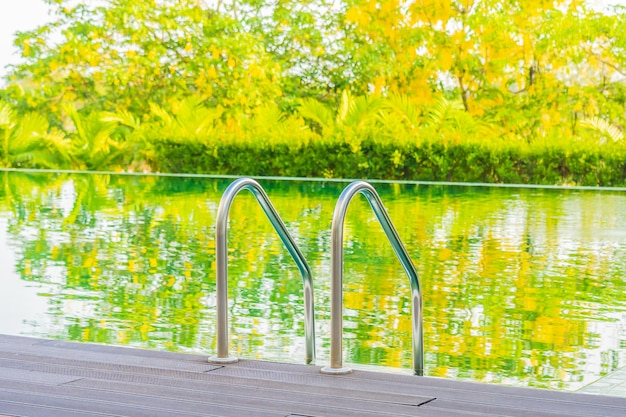 Bela piscina exterior de luxo no hotel e resort