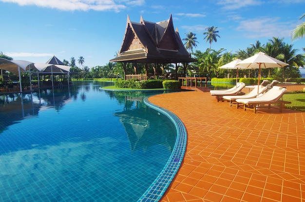 Bela piscina na tailândia