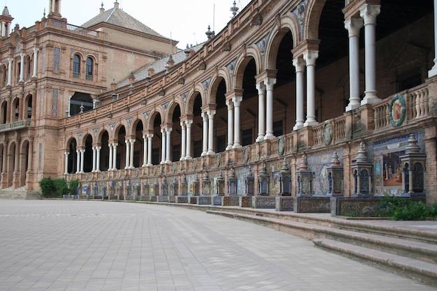Bela plaza de españa com sua arquitetura única em sevilha, espanha