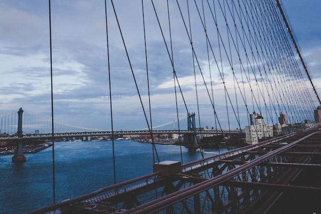 Bela ponte de manhattan com a cidade