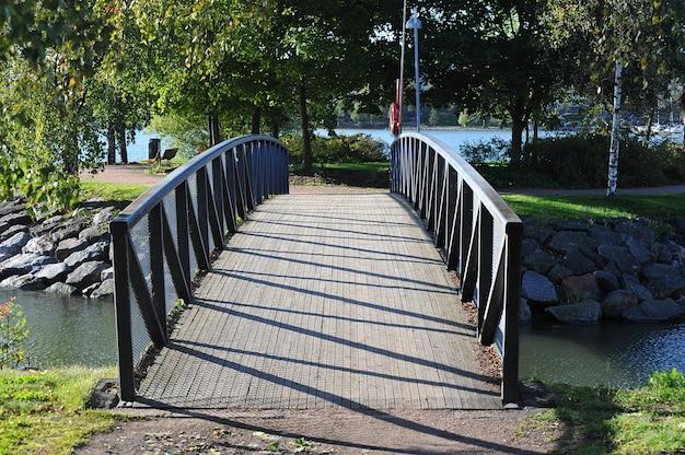 Bela ponte no parque de helsínquia no outono