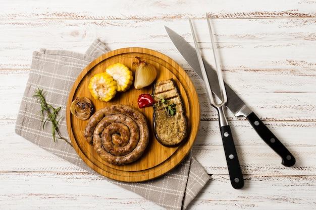 Bela porção de salsichas espirais grelhadas guarnecidas